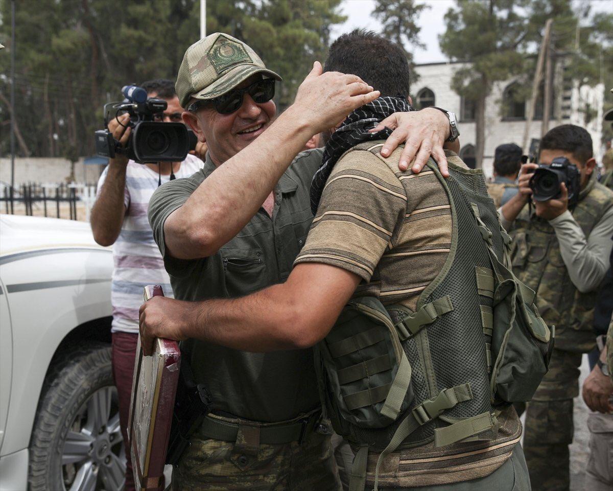 O Δκτης της Διοίκησης Ειδικών Δυνάμεων και επικεφαλής της επιχείρησης «Ασπίδα του Ευφράτη», Αντιστράτηγος Zekai Aksakallı, μετέβη σήμερα στην Jarablus της Συρίας μαζί με δεκάδες Τούρκους δημοσιογράφους