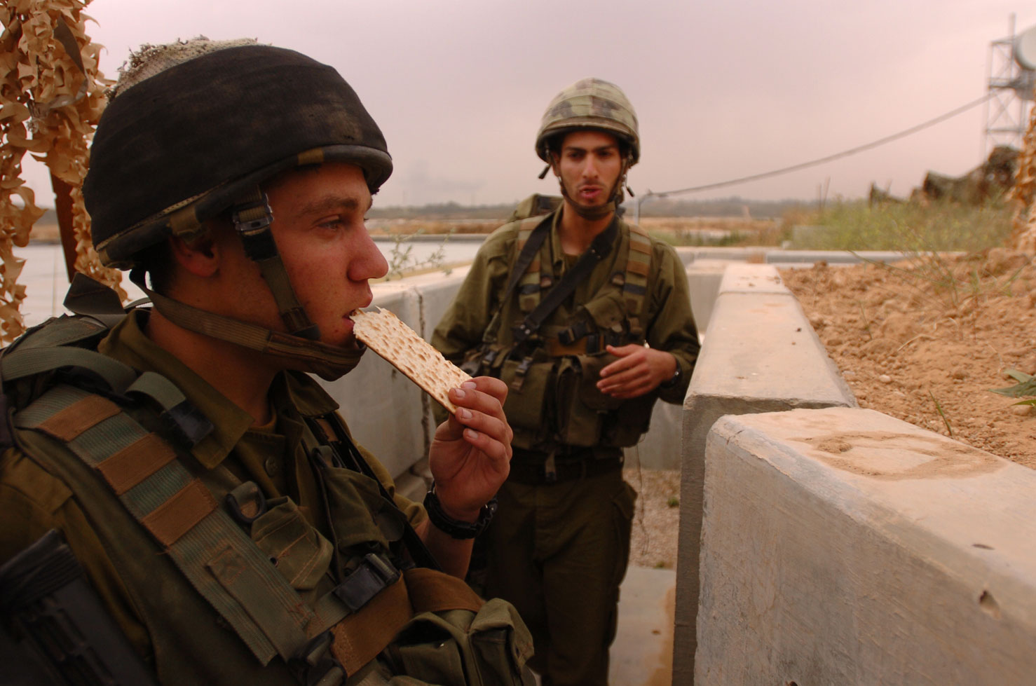 IDF-Soldier-Eating-a-Matza