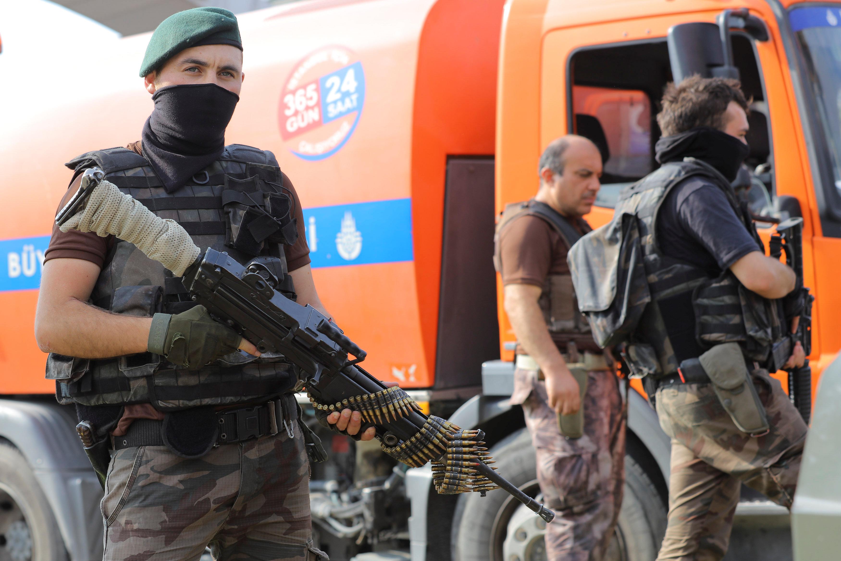 Μέλη των ειδικών δυνάμεων της Αστυνομίας (PÖH) περιφρουρούν την Ακαδημία Πολέμου της Τουρκικής Αεροπορίας στην Κωνσταντινούπολη στις 18 Ιουλίου 2016. Ο υπουργός Εσωτερικών Efkan Ala ανακοίνωσε την περαιτέρω στρατιωτικοποίηση της Τουρκικής Αστυνομίας με την παραλαβή βαρέως οπλισμού.