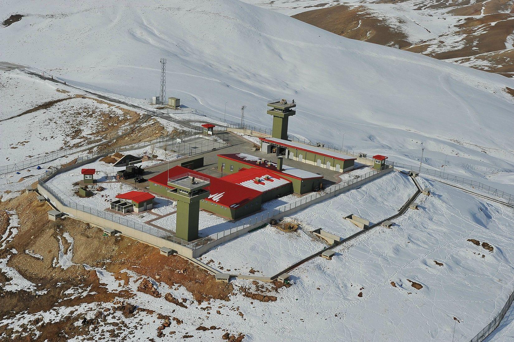 Γενική απόψη φυλακίου νέου τύπου.φυλακίων υψηλής ασφάλειας (Yüksek Güvenlikli Karakollar)Είναι εμφανή τα έργα οχύρωσης(θέσεις μάχης, όρυγμα συγκοινωνίας, υπόγειοι διόδοι) όπως και τα μέσα επιτήρησης (ραντάρ εδάφους και ηλεκτροοπτικοί αισθητήρες) στους υπερυψωμένους πύργους