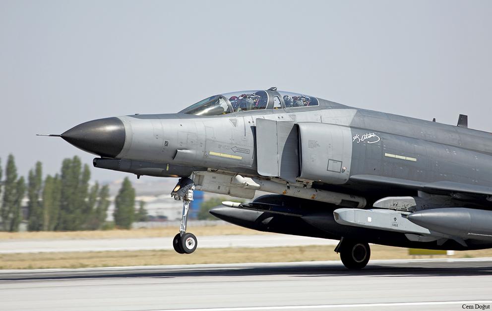 Τουρκικό F-4ET/2020 με βλήμα SOM-A και ατρακτίδιο σήμανσης λέιζερ ΑΝ/AVQ-23 Pave Spike.