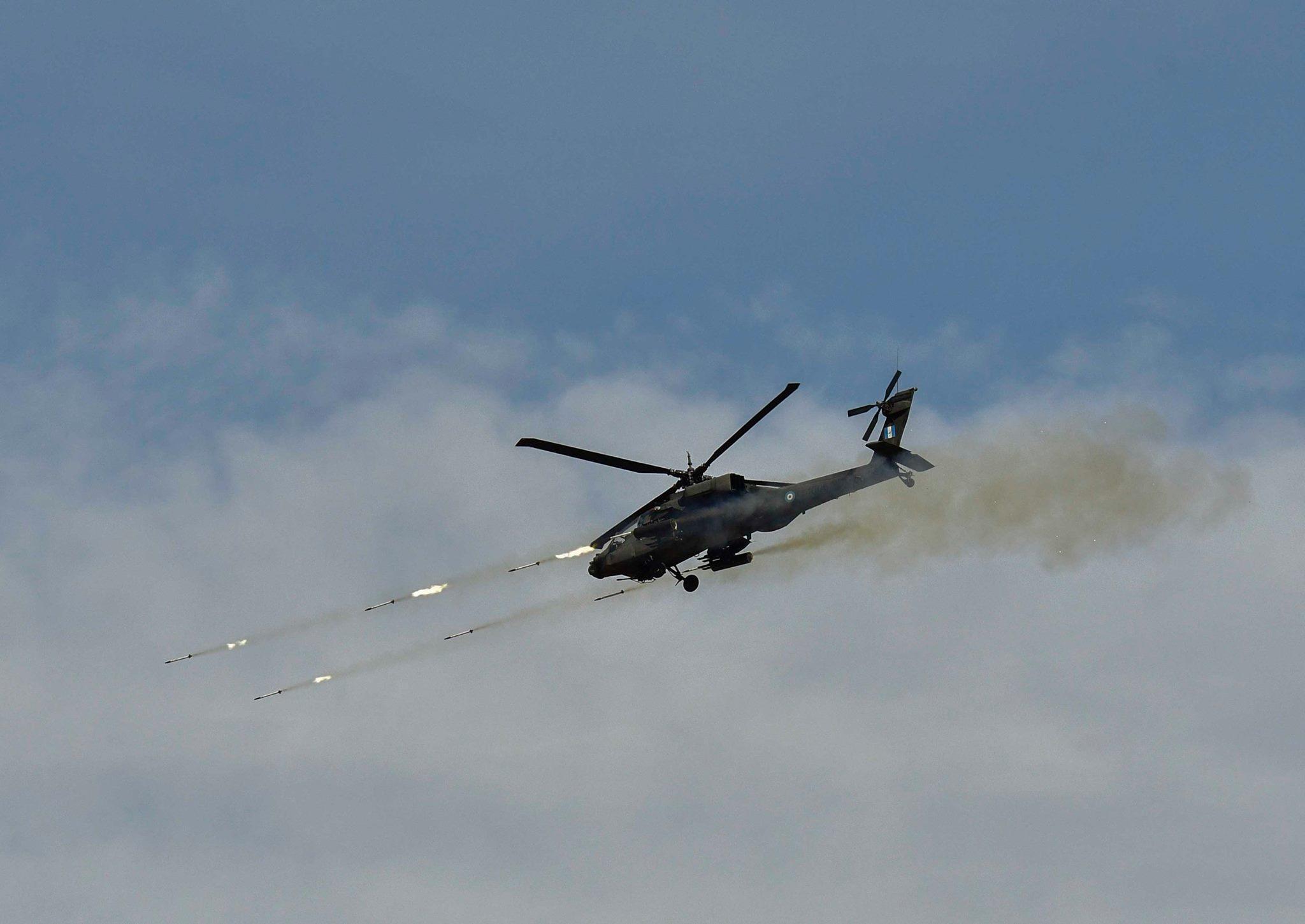 Εκτέλεση πυρών από επιθετικό ελικόπτερo AH-64A Apache του 1ου ΤΕΕΠ.