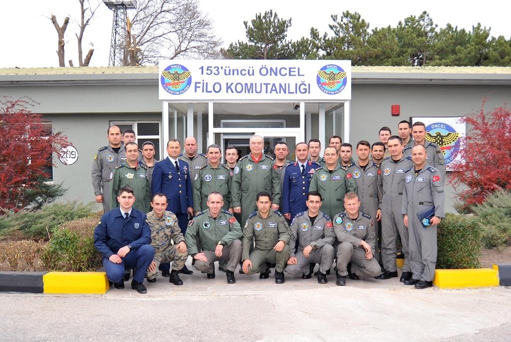 """Ο Διοικητής της ΤΗΚ Πτέραρχος Αμπιντίν Ουντάλ επισκέπτεται τους χειριστές της 101 Μοίρας """"Asena"""" με KC-135R, στις 11 Σεπτεμβρίου 2016."""